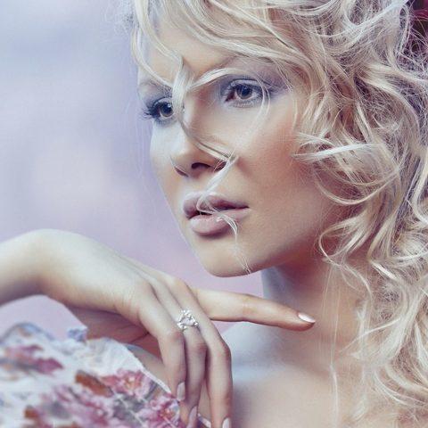 Emollientien, Proteine und Feuchthaltemittel, also die Nahrung für die Haare unter der Lupe